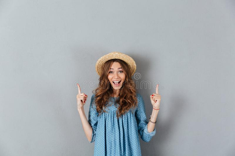 Smiling young caucasian lady pointing at copyspace royalty free stock photos