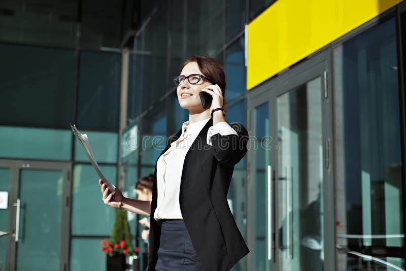 Smilling企业外部办公室背景的夫人经理  免版税库存照片