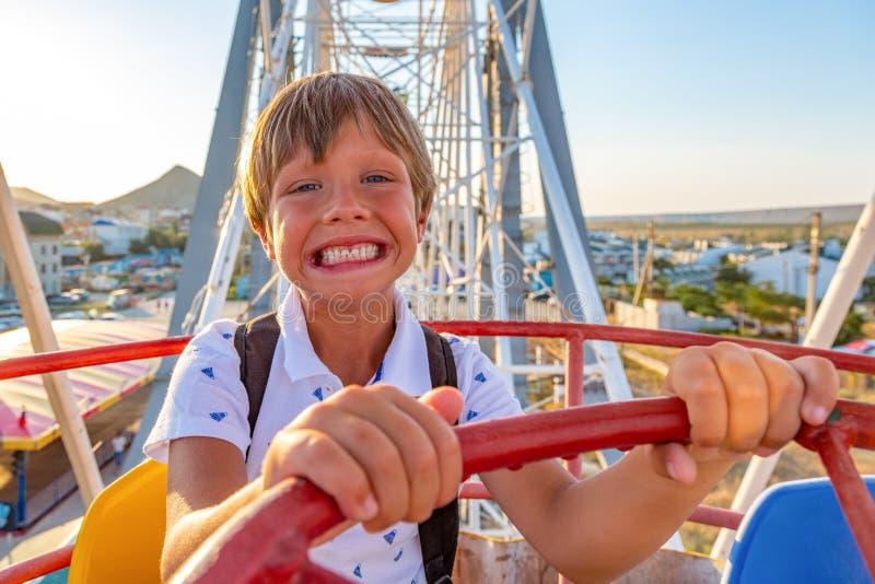 Smilling激发享受从的男孩看法弗累斯大转轮游乐园 免版税库存图片