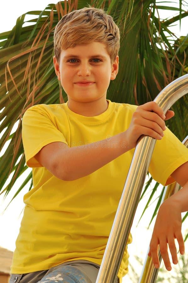 smilling白肤金发的男孩的纵向 库存照片