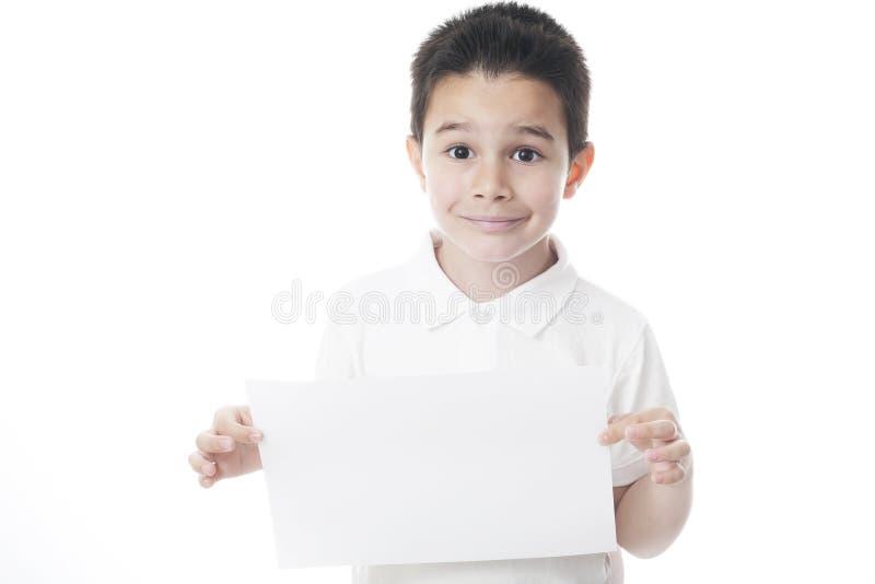 Smilling dziecko z prześcieradłem papier zdjęcie stock