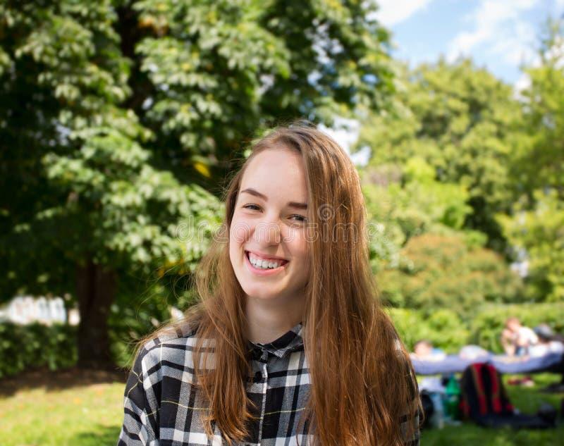 Smilling unga kvinnor i parkera royaltyfri foto