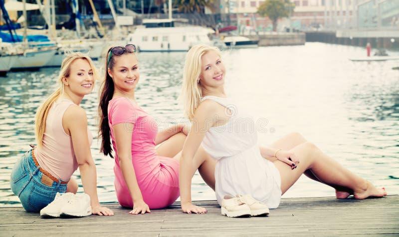 Smillings-Mädchen auf Dockpier lizenzfreie stockbilder