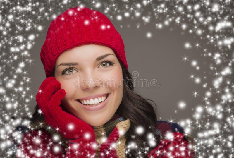 Smilng kobieta Jest ubranym zim rękawiczki z Śnieżnym skutkiem i kapelusz fotografia stock