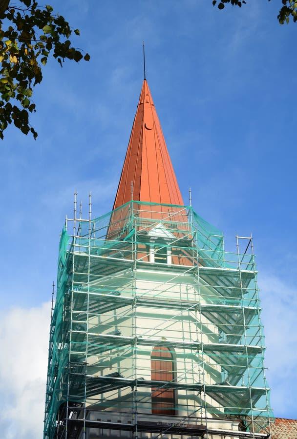 Smiltene, Letónia, o 27 de setembro de 2018 Renovação da igreja luterana do Evangelical de Smiltene fotografia de stock