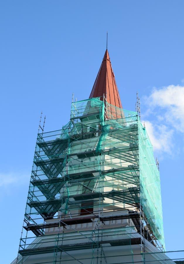 Smiltene, Letónia, o 27 de setembro de 2018 Renovação da igreja luterana do Evangelical de Smiltene fotos de stock royalty free
