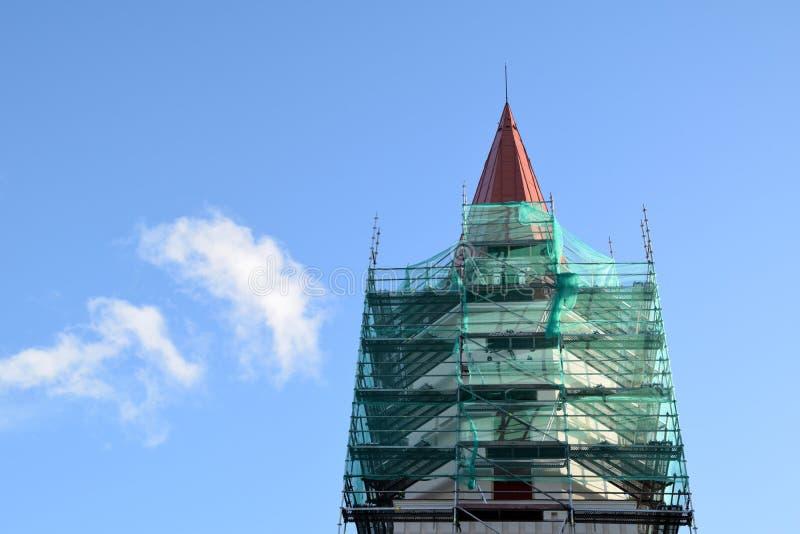 Smiltene, Letónia, o 27 de setembro de 2018 Renovação da igreja luterana do Evangelical de Smiltene fotografia de stock royalty free