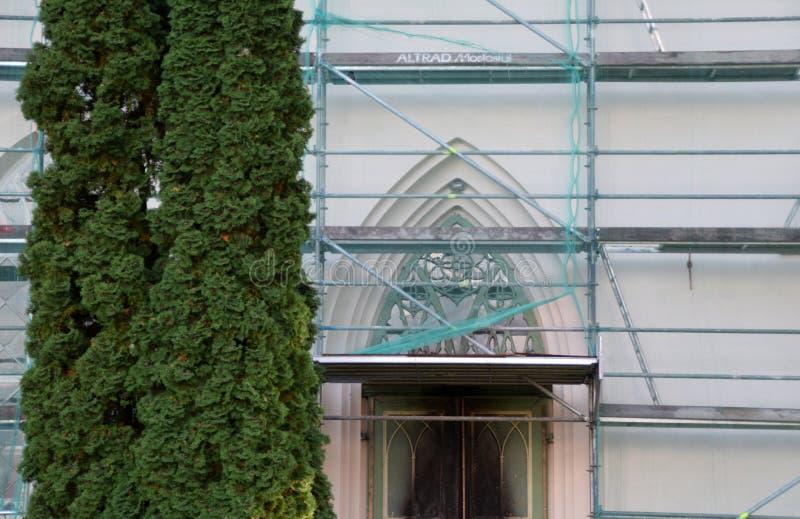 Smiltene, Letónia, o 27 de setembro de 2018 Renovação da igreja luterana do Evangelical de Smiltene imagens de stock royalty free