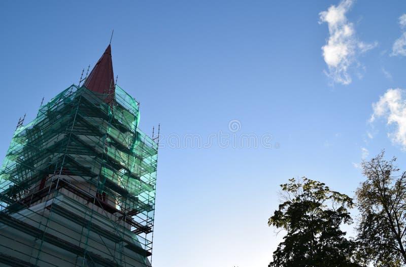 Smiltene, Letónia, o 27 de setembro de 2018 Renovação da igreja luterana do Evangelical de Smiltene imagem de stock