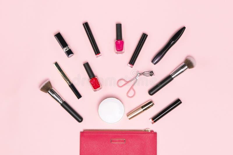 Smink- eller anletebakgrund Kvinnlig p?se och olika sminktillbeh?r, borstar, l?ppstift och blyertspennor royaltyfria bilder