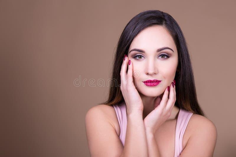 Smink- och skönhetbegrepp - stående av ung härlig kvinna w royaltyfri foto
