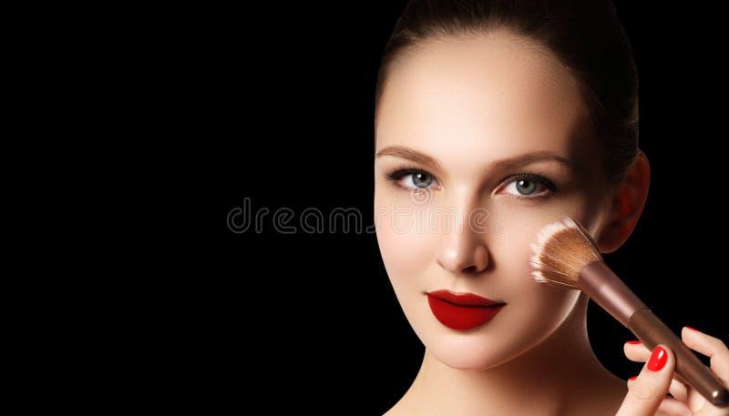 Smink och skönhetsmedel Skönhetkvinnaframsida som isoleras på svart backg royaltyfri fotografi