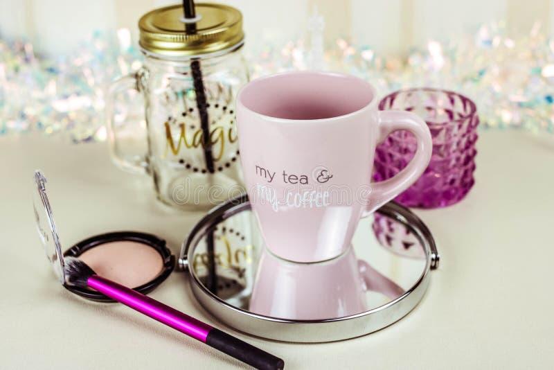 Sminket ställde in på trätabellen med bästa sikt för kopp te fotografering för bildbyråer
