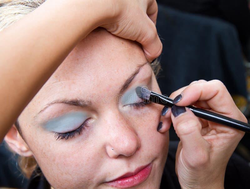 Sminkkonstnär som applicerar ögonbrynsmink royaltyfri foto