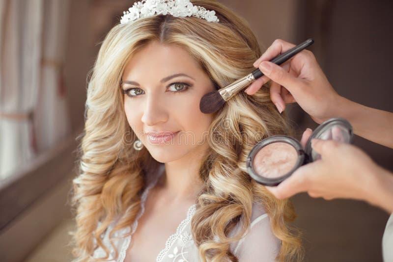 Sminkrouge sunt hår härlig le brudbrölloppor arkivbild