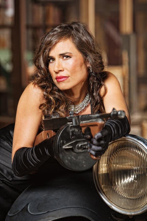 Smirking kobieta z Maszynowym pistoletem zdjęcia stock