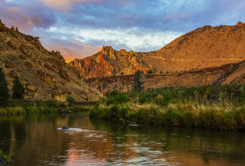 Download Smith Rock Park, Or stock image. Image of rock, reflection - 38215753