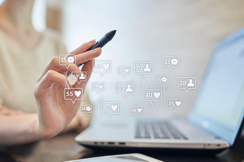 SMM, подобия, следующие и значки сообщения на виртуальном экране средства маркетинга социальные Дело и принципиальная схема интер стоковые фотографии rf