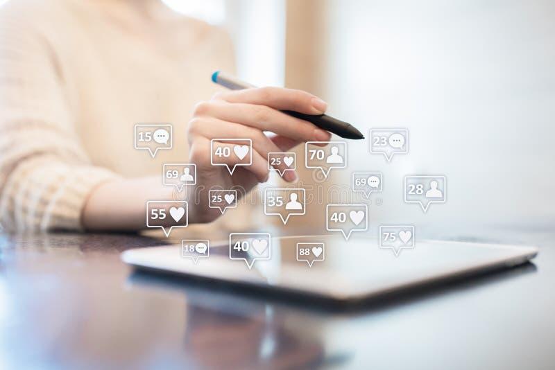 SMM, подобия, следующие и значки сообщения на виртуальном экране средства маркетинга социальные Дело и принципиальная схема интер стоковое фото rf