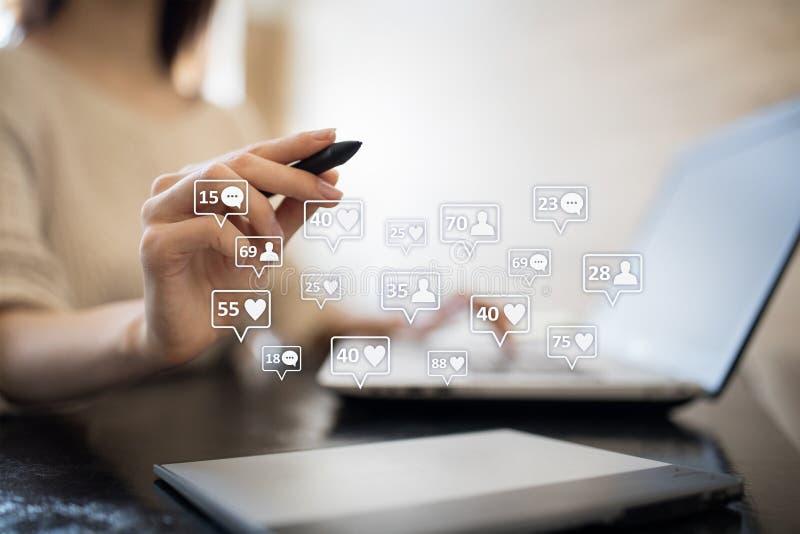 SMM, подобия, следующие и значки сообщения на виртуальном экране средства маркетинга социальные Дело и принципиальная схема интер стоковые изображения