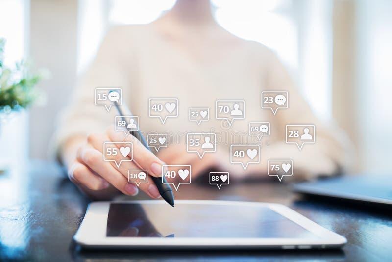 SMM, подобия, следующие и значки сообщения на виртуальном экране средства маркетинга социальные Дело и принципиальная схема интер стоковое фото