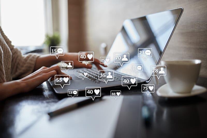 SMM, подобия, следующие и значки сообщения на виртуальном экране средства маркетинга социальные Дело и принципиальная схема интер стоковая фотография
