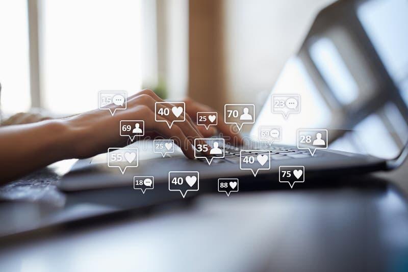 SMM, подобия, следующие и значки сообщения на виртуальном экране средства маркетинга социальные Дело и принципиальная схема интер стоковое изображение