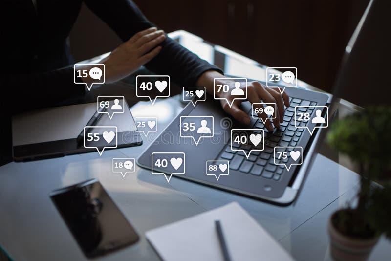 SMM, подобия, следующие и значки сообщения на виртуальном экране средства маркетинга социальные Дело и принципиальная схема интер стоковые фото
