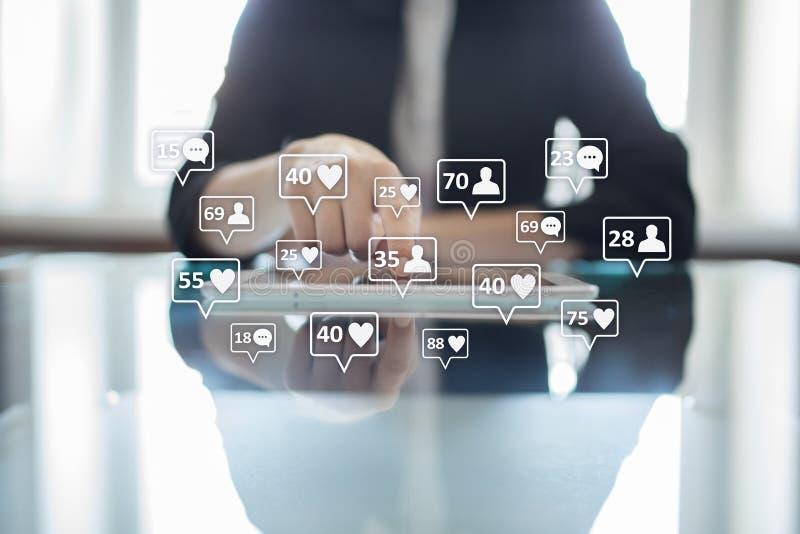 SMM, подобия, следующие и значки сообщения на виртуальном экране средства маркетинга социальные Дело и принципиальная схема интер стоковое изображение rf