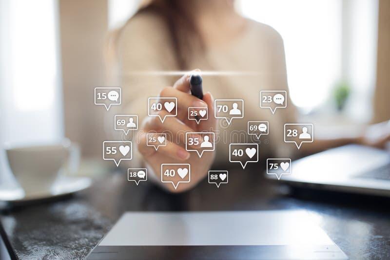 SMM, gustos, seguidores e iconos del mensaje en la pantalla virtual Comercialización social de los media Concepto del negocio y d foto de archivo libre de regalías