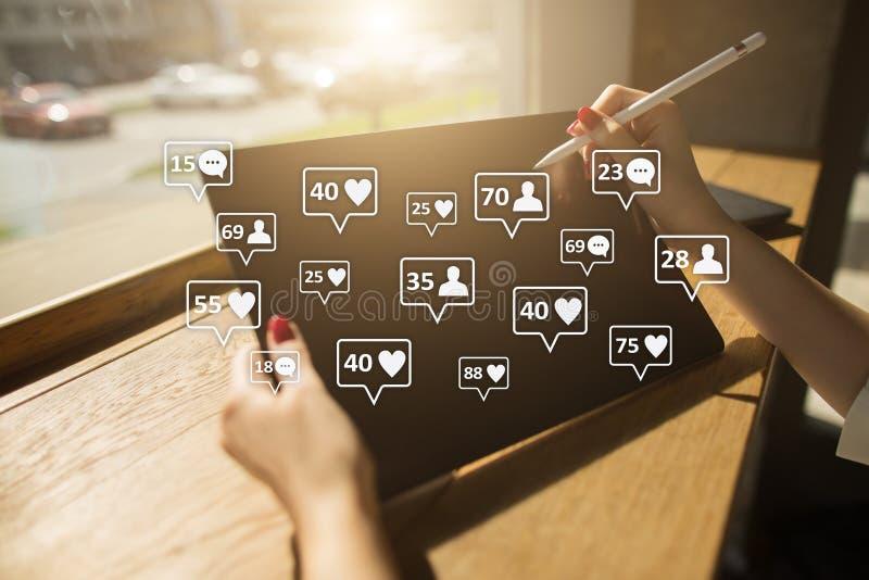 SMM, gustos, seguidores e iconos del mensaje en la pantalla virtual Comercialización social de los media Concepto del negocio y d fotos de archivo
