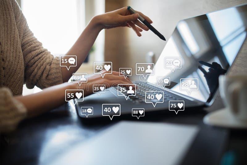 SMM, houdt van, aanhangers en berichtpictogrammen op het virtuele scherm Sociale media Marketing Zaken en Internet-concept stock fotografie