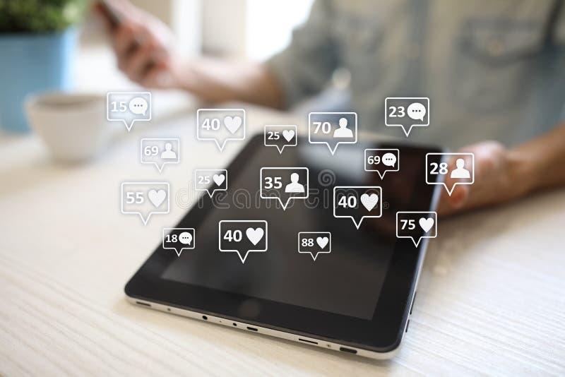 SMM, houdt van, aanhangers en berichtpictogrammen op het virtuele scherm Sociale media Marketing Zaken en Internet-concept royalty-vrije stock foto's