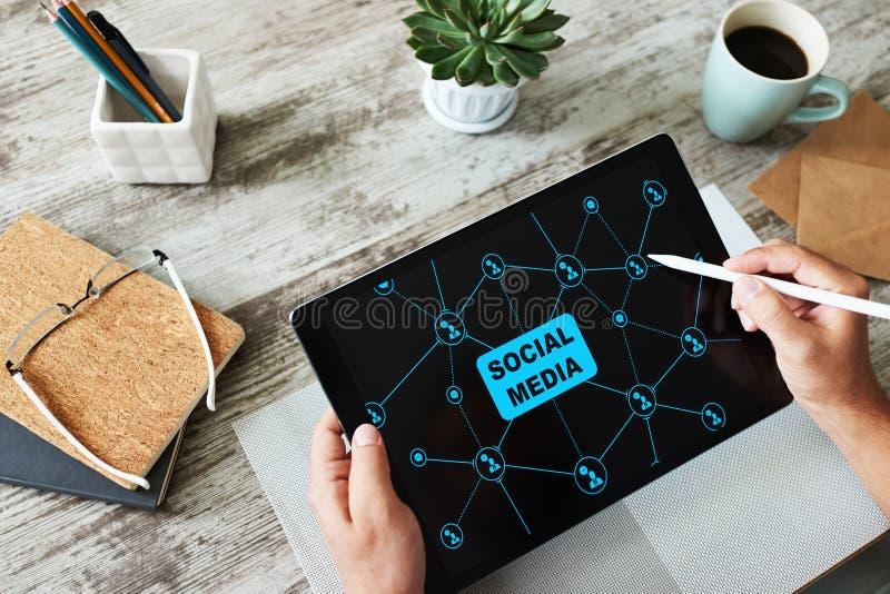 SMM, Social Media-Marketing, Kommunikationskonzept auf Gerätschirm lizenzfreie stockfotos