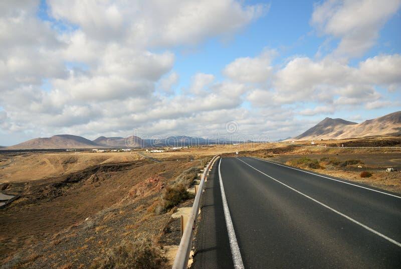 Smo?owcowa droga mi?dzy powulkanicznym krajobrazem Lanzarote Hiszpania zdjęcie stock