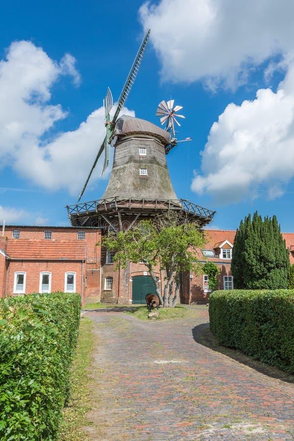 Smock μύλος σε Pewsum, χαμηλότερος σαξονικός δρόμος μύλων, ανατολή Frisia, Γερμανία στοκ φωτογραφίες
