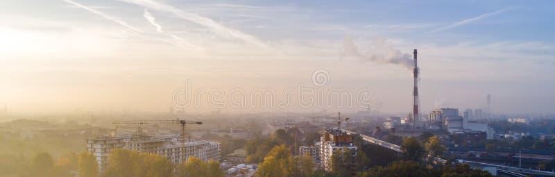 Smog över staden av WrocÅ 'aw, Polen Vintersikt av stadshorisonten fotografering för bildbyråer