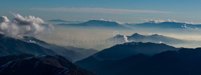 Smog über Santiago stockfotografie