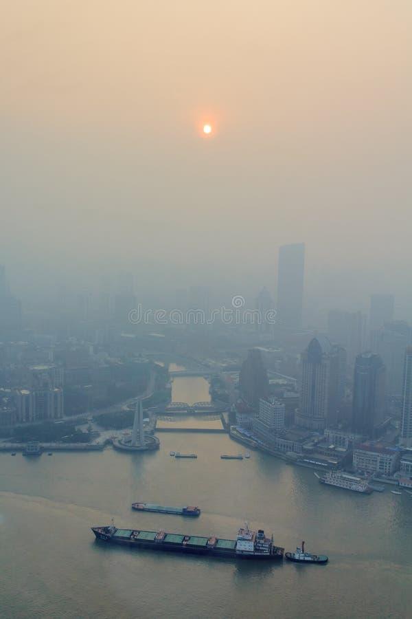 Smog der Huangpu-Fluss in Shanghai lizenzfreies stockbild