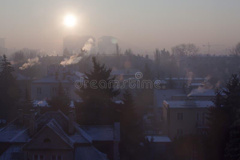 Smog in der Winterzeit in Warschau, Polen lizenzfreie stockfotos