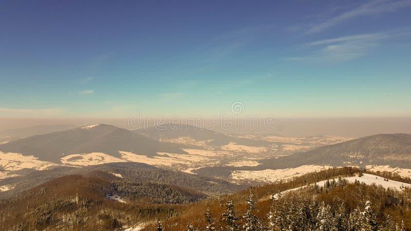 Smog i bergen royaltyfria bilder