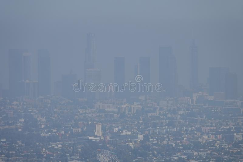 Smog-Luftverschmutzung in Los Angeles, CA im Stadtzentrum gelegen während eines Sommer-Tages lizenzfreie stockbilder