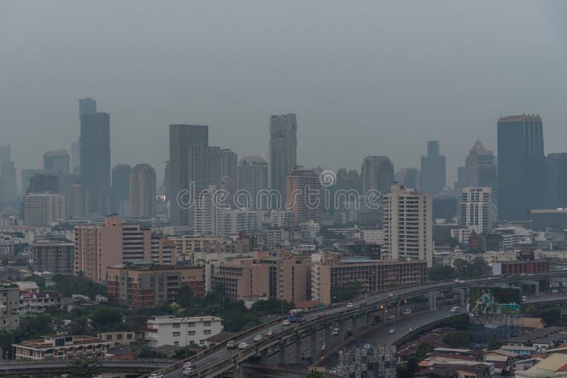 Smog PM2 damm 5 att ?verskrida standart v?rde av Bangkok arkivfoton