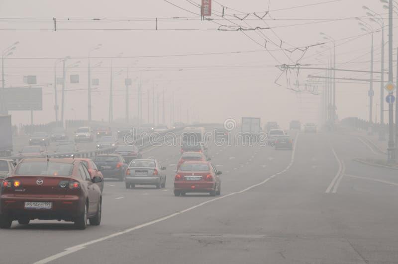 Smog sopra il ponticello a Mosca fotografia stock