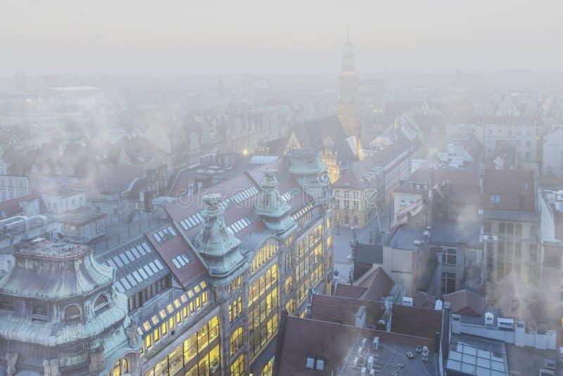 Smog sopra la città del 'aw, Polonia di WrocÅ Vista di inverno dell'orizzonte della città fotografia stock libera da diritti