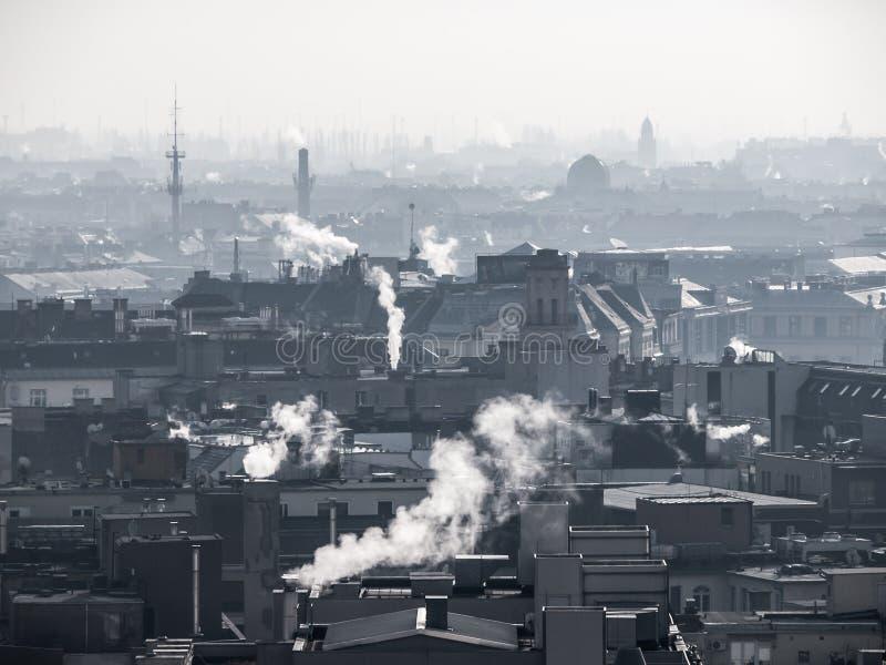 Smog - stadsluchtvervuiling Onduidelijke die atmosfeer door rook wordt verontreinigd die van de schoorstenen toenemen stock afbeeldingen