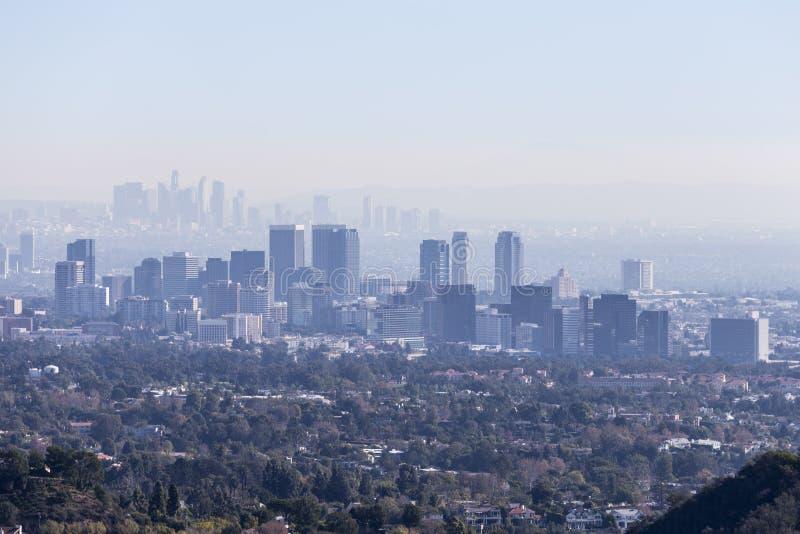 Smoggy århundradestads- och Los Angeles morgon arkivfoton