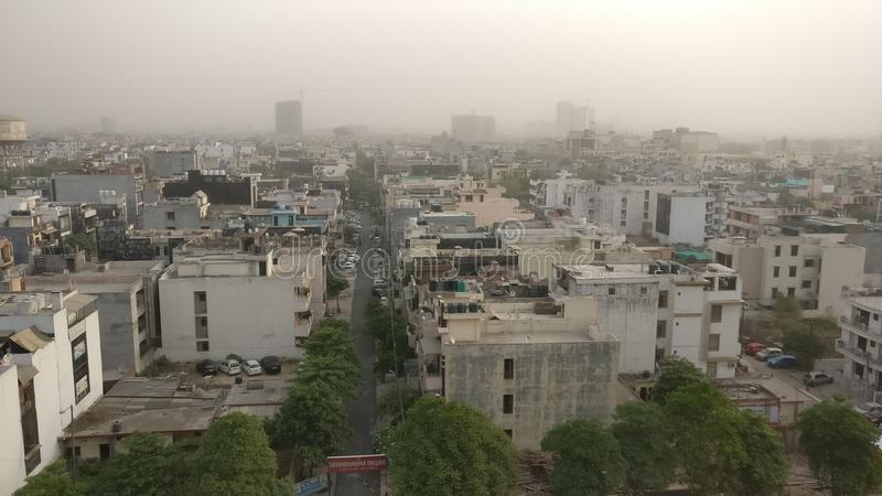 Smogverontreiniging in de moderne ontwikkeling van Delhi royalty-vrije stock afbeeldingen