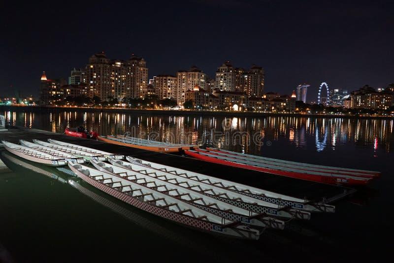 Smok łodzie w Singapur nocą zdjęcia stock