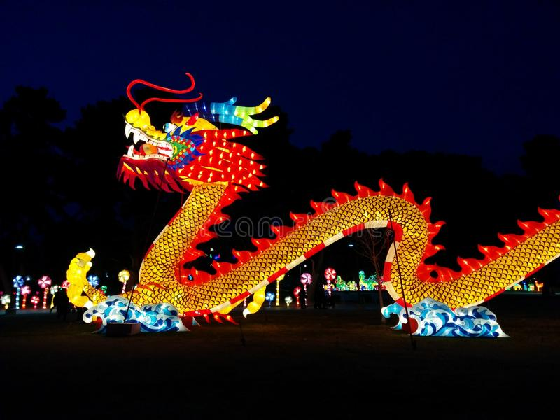 Smok na fala przy Chińskim latarniowym festiwalem zdjęcia stock